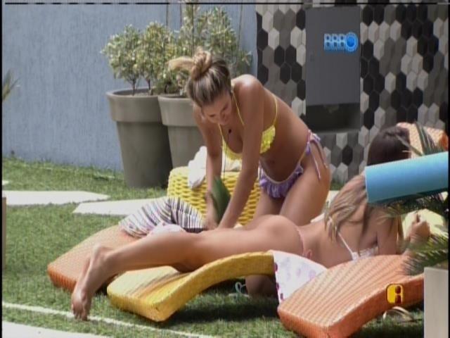 21.mar.2014 - Angela pede para Tatiele ver se aparece alguns pelos em seu bum bum.