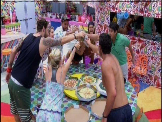 21.mar.2014 - Brothers brindam com refrigerante levado por Bruno de Luca