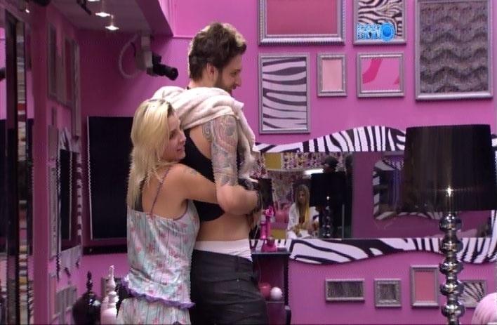 21.mar.2014 - Clara faz ciúmes em Vanessa e brinca que forma um belo casal com Cássio.