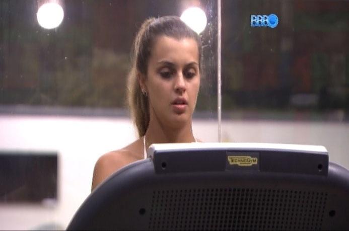 22.mar.2014 - Em conversa com Tatiele, Angela sugere que Marcelo está se