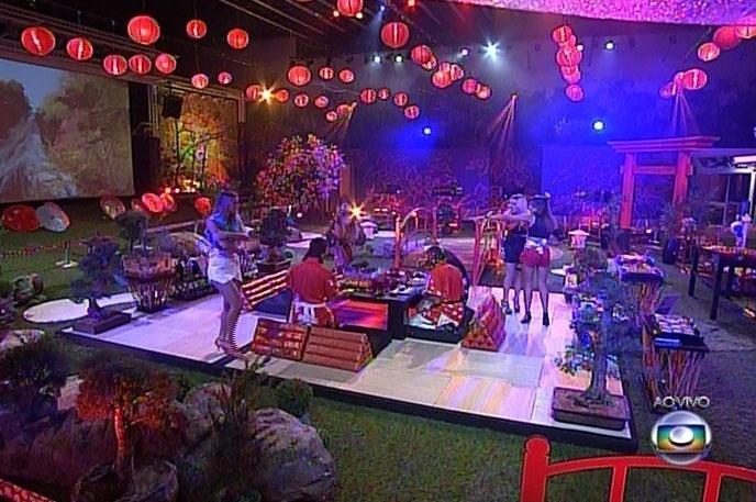 22.mar.2014 - Com música suave e muita comida típica, brothers participam da Festa Jardim Japonês