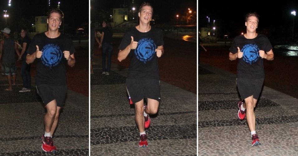 22.mar.2014 - Fábio Porchat mantém a boa forma com corrida noturna. O ator, que perdeu 11 quilos ao participar do quadro
