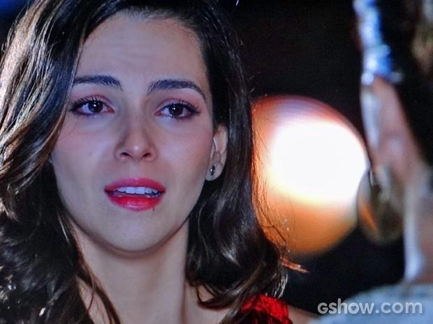 Em Família: Marina fica mal quando escuta de Clara que ela não vai mais trabalhar no estúdio