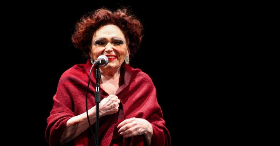 """22.mar.2014 - A cantora e atriz Bibi Ferreira, de 92 anos, se apresentou na área externa do Auditório Ibirapuera, em show gratuito chamado """"Bibi Histórias e Canções"""""""