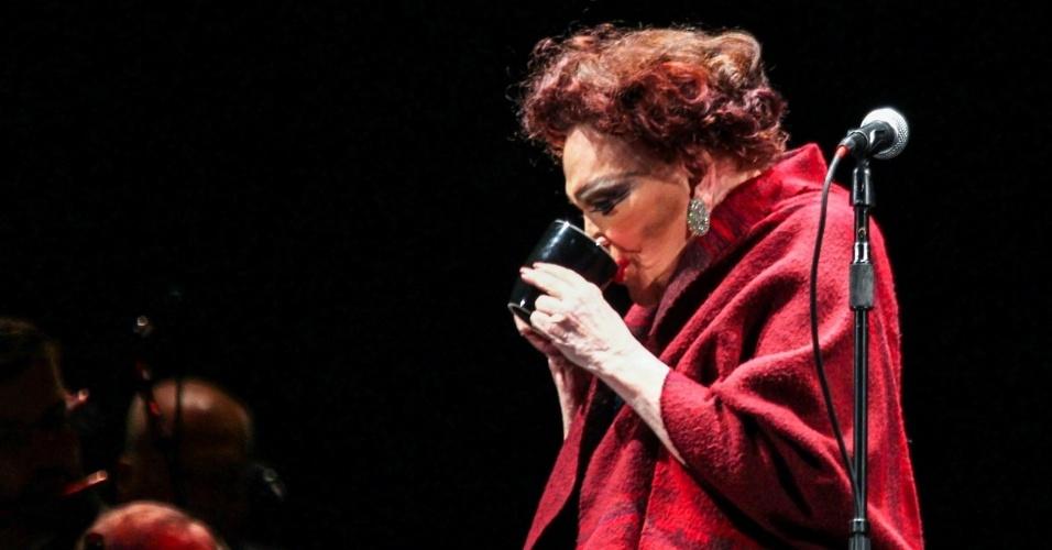 22.mar.2014 - Bibi Ferreira revisita sete décadas de carreira e reconta histórias de seus 92 anos de vida em show gratuito no Parque do Ibirapeura, em São Paulo