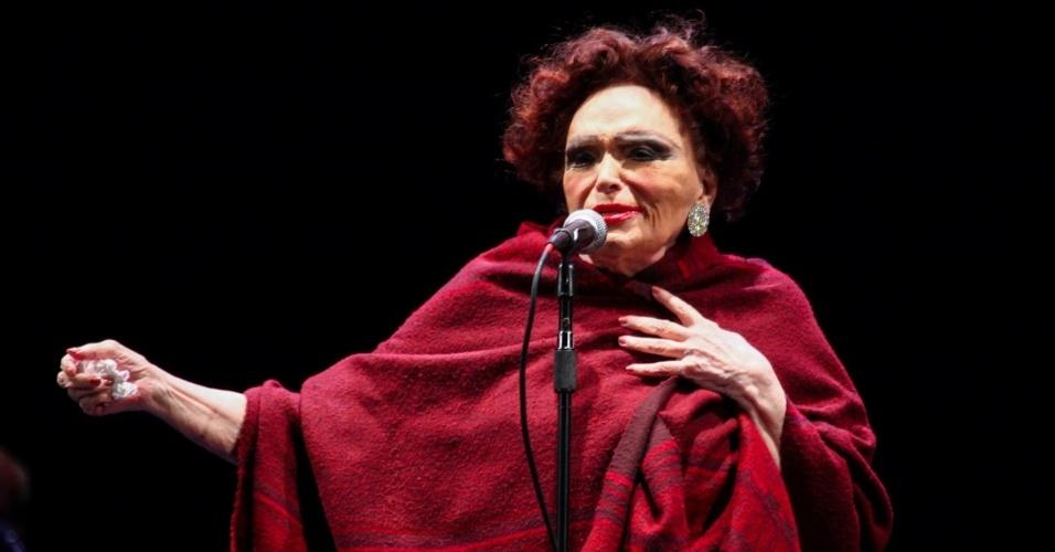 22.mar.2014 – Aos 92 anos, Bibi Ferreira reclama do frio e se apresenta com um xale para proteger a garganta durante show gratuito no Parque do Ibirapuera