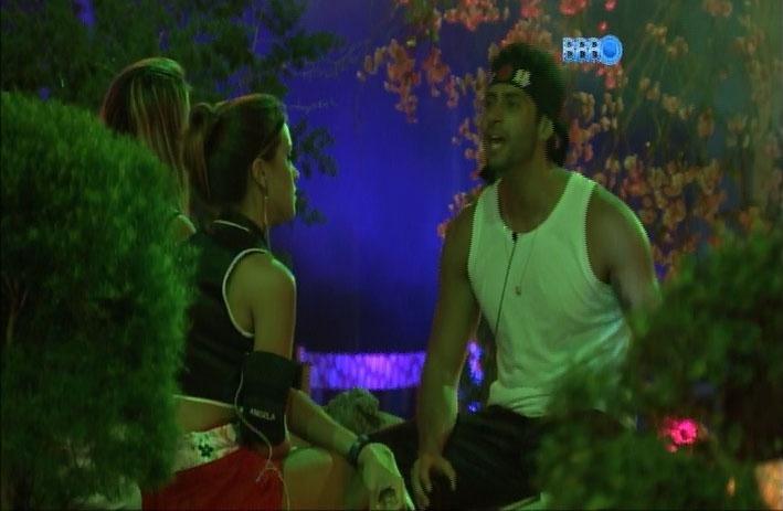 23.mar.2014 - Marcelo cutuca Angela e afirma que, no início do reality, conheceu outra pessoa