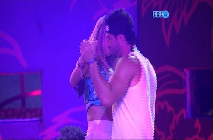 23.mar.2014 - Depois de ouvir muito sertanejo, Marcelo tira Tatiele para dançar durante a Festa Jardim Japonês, na madrugada deste domingo (23)