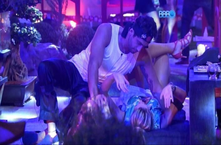 23.mar.2014 - Marcelo avisa que, se voltar do paredão com Cássio, a casa vai