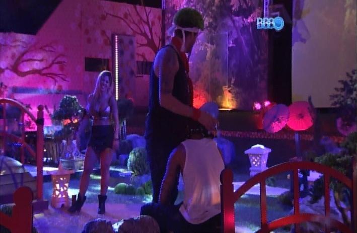 23.mar.2014 - Cássio brinca com Valter e chega com a cabeça do rapper próximo a sua genitália