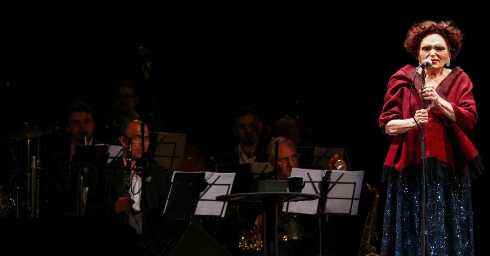 """23.mar.2014 -  Aos 92 anos, Bibi Ferreira cantou sucessos de Edith Piaf, Noel Rosa, Tom Jobim, Chico Buarque, Andrew Lloyd Webber e Leonard Bernstein no Parque do Ibirapuera, em show gratuito chamado """"Bibi Histórias e Canções"""""""