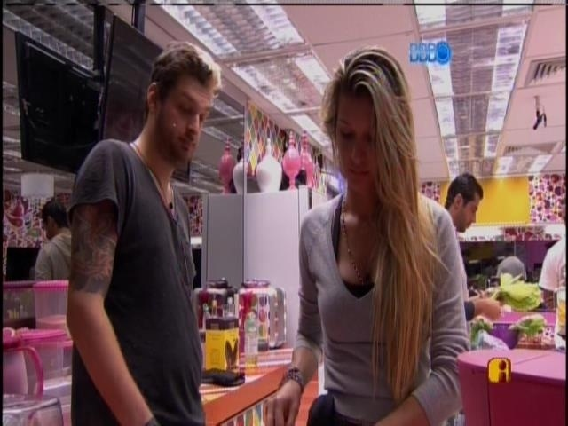 23.mar.2014 - Famintos, Tatiele prepara um lanche para Cássio e Angela
