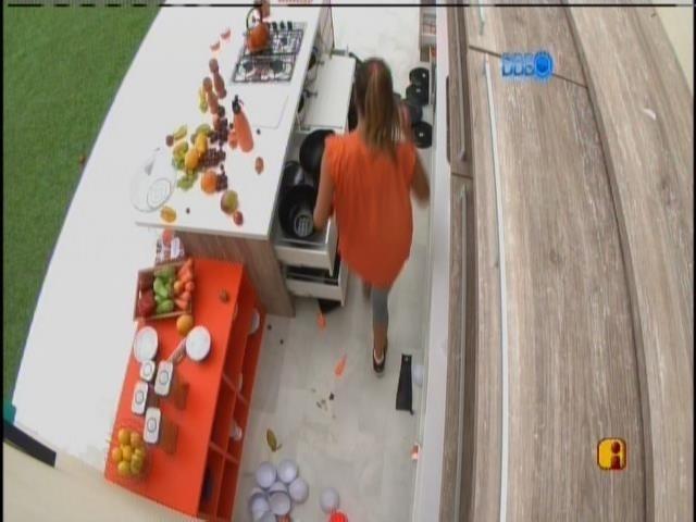 23.mar.2014 - Grupo laranja procura as peças do quebra-cabeça
