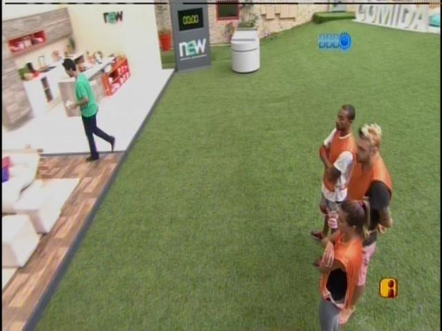 23.mar.2014 - Vinícius Valverde explica a prova da comida para o grupo laranja