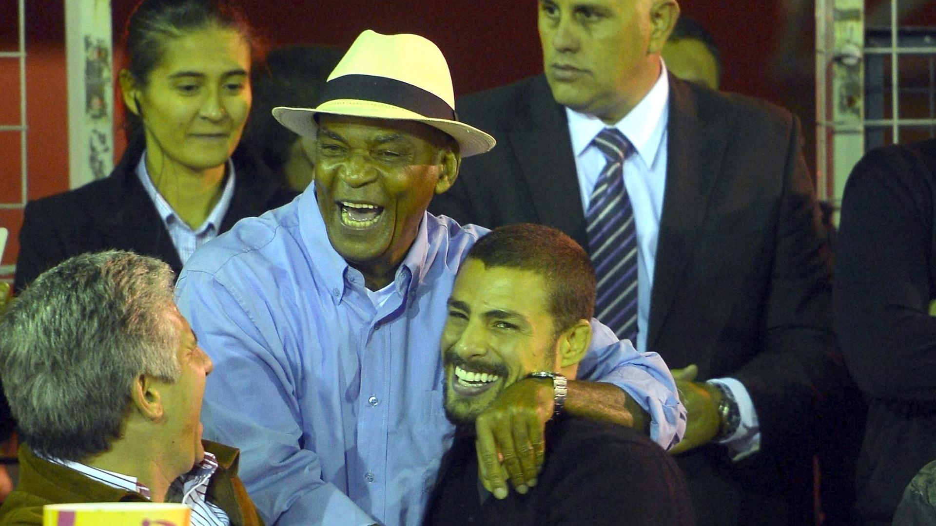 23.mar.2014 - Cauã Reymond recebe um abraço do ator Antonio Pitanga na quinta edição do Carnaval da cidade de San Luís, na Argentina. O ator é conhecido no país pelo Jorginho de
