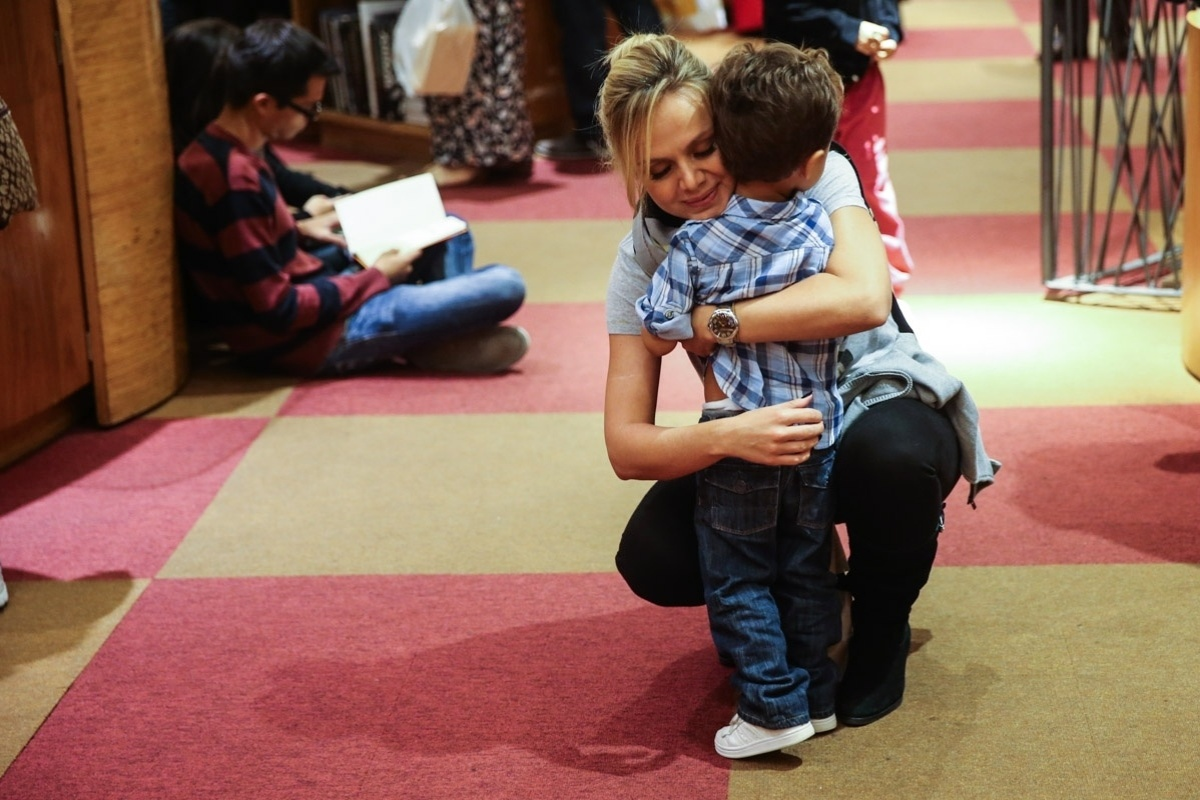 23.mar.2014 - Eliana levou o filho Arthur ao espetáculo infantil