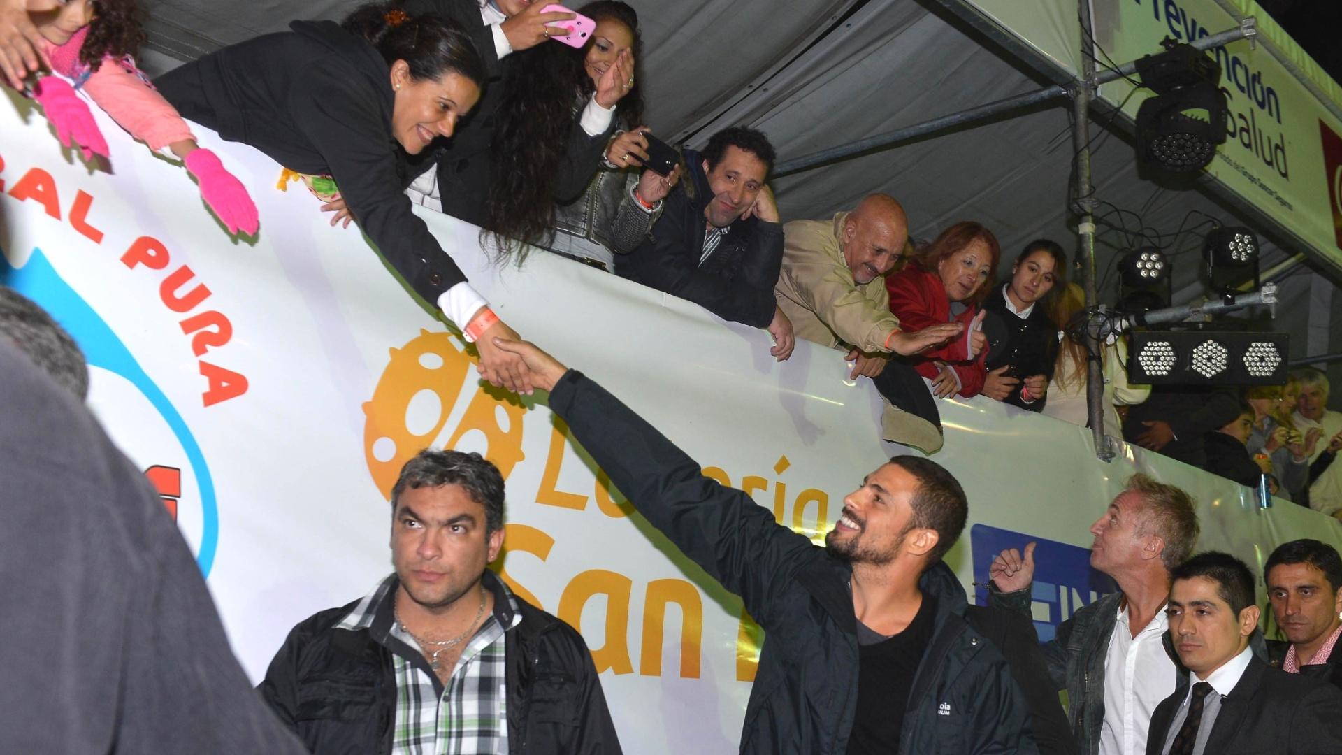 23.mar.2014 - O ator Cauã Reymond cumprimenta fã na quinta edição do Carnaval da cidade de San Luís, na Argentina. Ele é conhecido no país pelo Jorginho de