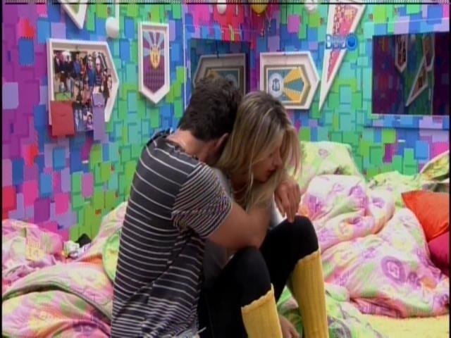 24.mar.2014 - Após chorar sozinho, Marcelo vai abraçar Tatiele