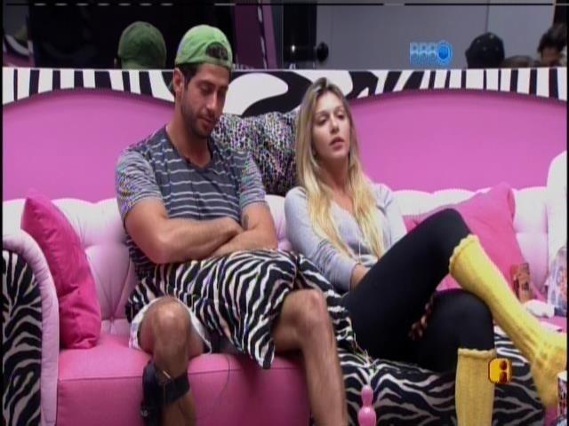 24.mar.2014 - Tatiele e Clara são sorteadas para as compras e Marcelo diz para a miss: