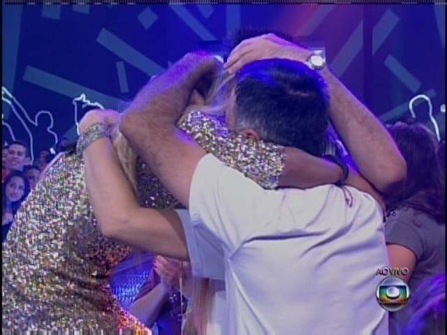 25.mar.2014 - Tatiele abraça sua família. A sister foi eliminada com 54% de votos do público.