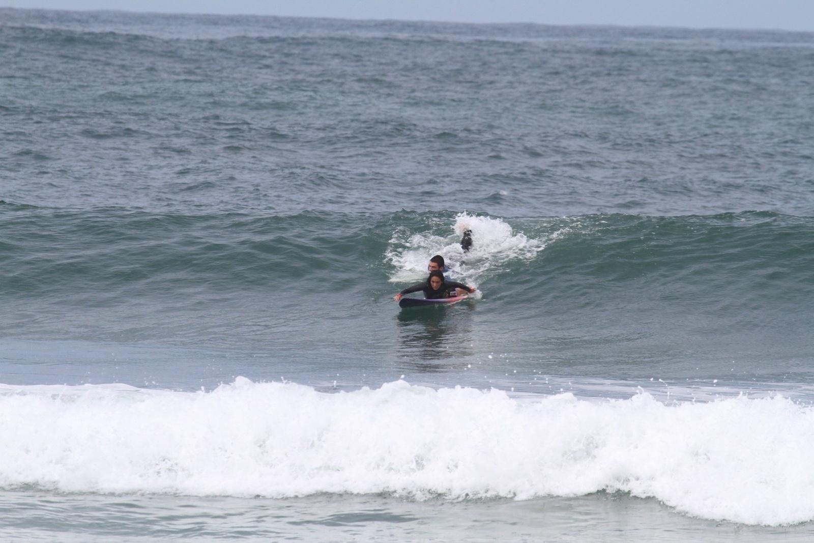 25.mar.2014 - A atriz Daniele Suzuki surfa na praia da Macumba, na zona oeste do Rio