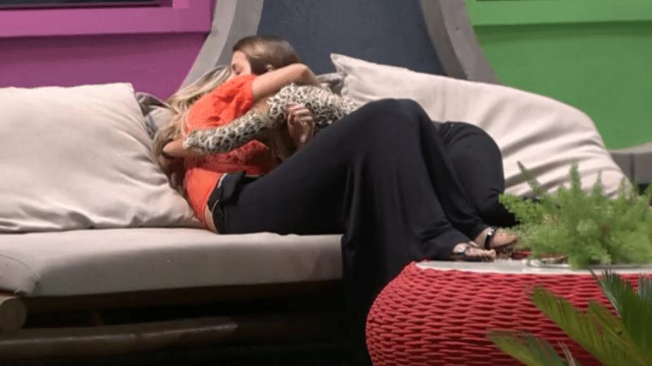 25.mar.2014 - Angela pede abraço para Tatiele.