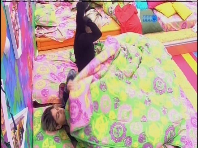 25.mar.2014 - Após raio-x, confinados voltam a dormir. Clara reclama de frio.