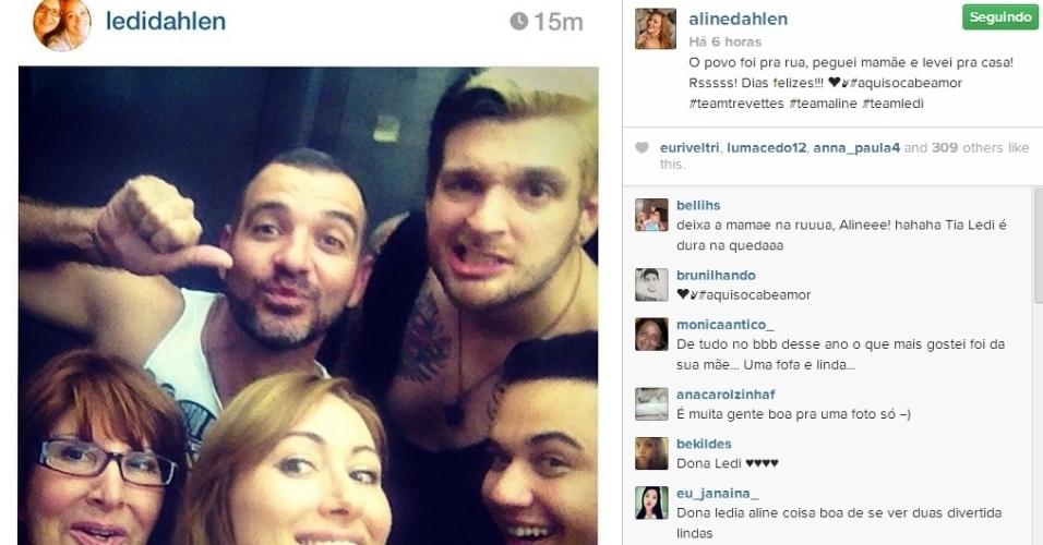 25.mar.2014 - Com a mãe Ledi, a ex-BBB Aline se encontrou com os eliminados Vagner e Cássio e fez uma foto selfie com todos reunidos.