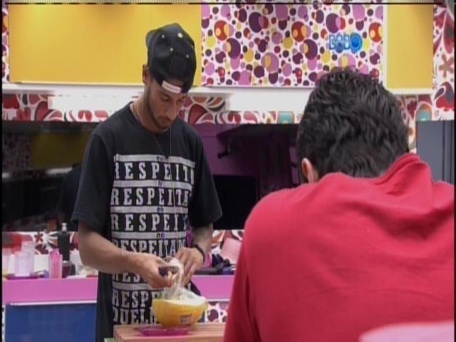 25.mar.2014 - Observado por Marcelo, Valter prepara café da manhã