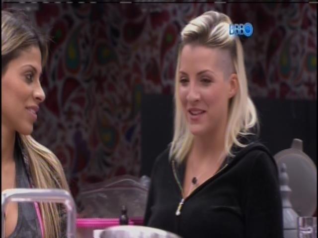 25.mar.2014 - Clara critica Angela para Vanessa: