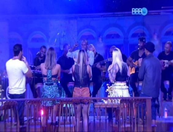 26.mar.2014 - Brothers e sisters dançam ao som de muito pagode; Thiaguinho cantou músicas de sua autoria e de outros grupos também
