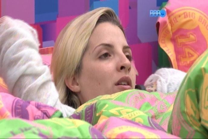 26.mar.2014 - Clara levanta a possibilidade de casamento a três, com Vanessa e Fabian Aguilar