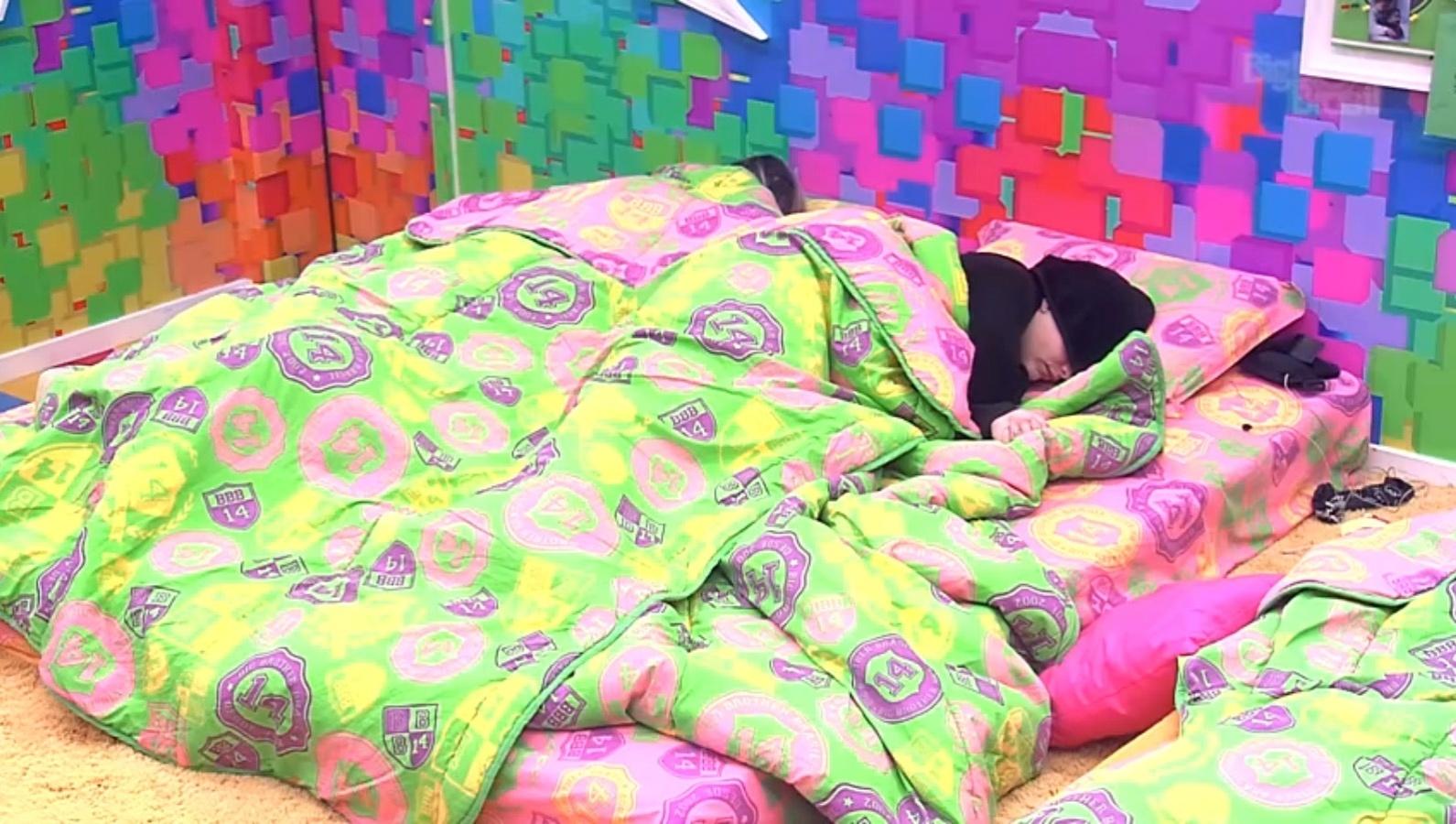 26.mar.2014 -  Depois de gravarem Raio-X, Clara e Vanessa voltam a dormir no quarto Festa