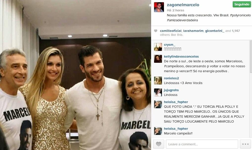 26.mar.2014 - Pais de Marcelo postam foto ao lado do casal Roni e Tatiele: