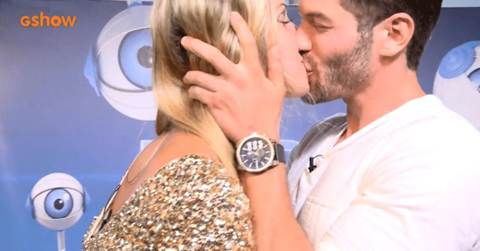 26.mar.2014 - Surpresa, Tatiele encontra Roni pela primeira vez fora do reality e tasca um beijão em seu namorado