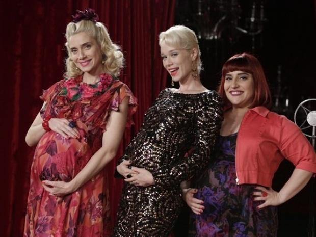 Atrizes posam com barrigão de grávida