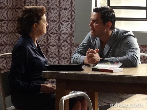 Manfred fala para Gertrude que vai sequestrar Pérola