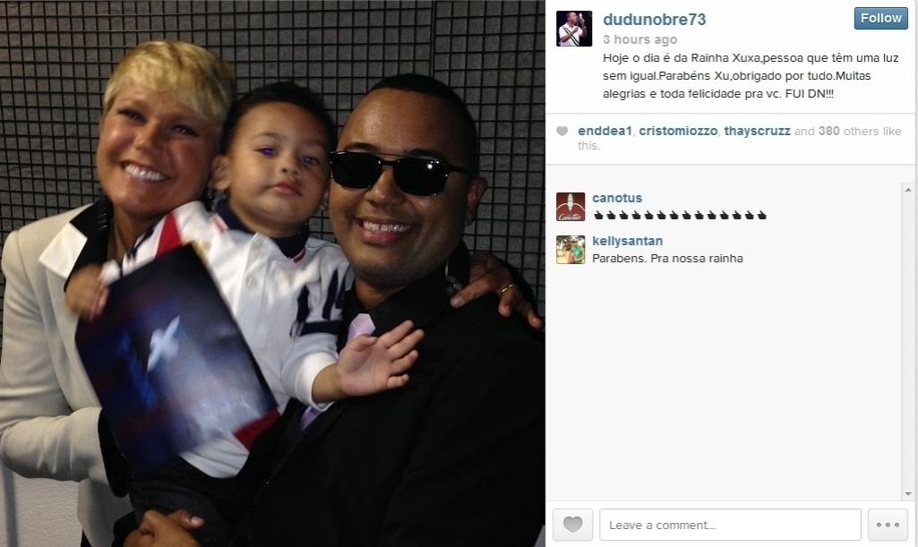 24.mar.2014 - O cantor Dudu Nobre postou uma foto sua com a Rainha dos Baixinhos e o filho, João Eduardo.