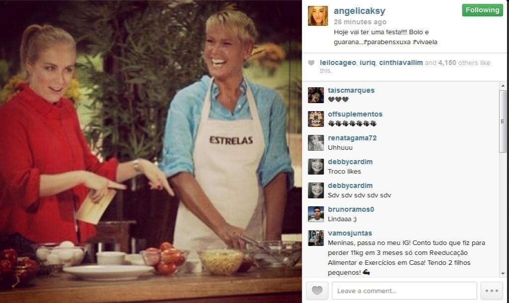 27.mar.2014 - A apresentadora Angélica publicou três fotos ao lado de Xuxa em sua página no instagram, e escreveu parte da música