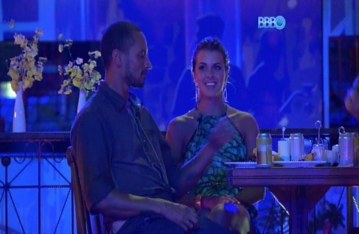 27.mar.2014 - Angela revela para Valter que quer aplicar botox no umbigo.