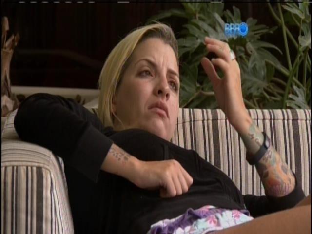 27.mar.2014 - Clara espera ver seu marido, caso seja eliminada no 16º paredão desta quinta (27)