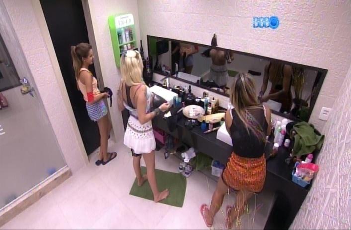 27.mar.2014 - Clara mostra os seios para Angela propositalmente, pelo espelho, antes de trocar de roupa para dormir
