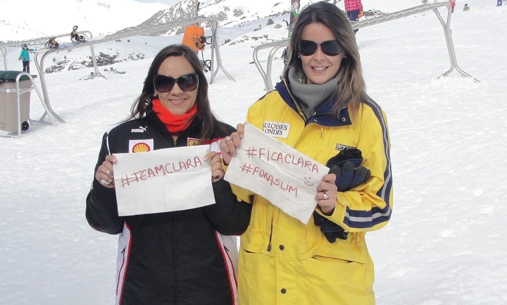 27.mar.2014 - Em estação de esqui no norte da Espanha com uma amiga, Stefanie Chasseraux (à direita) apoia permanência da sister no reality e eliminação de Valter