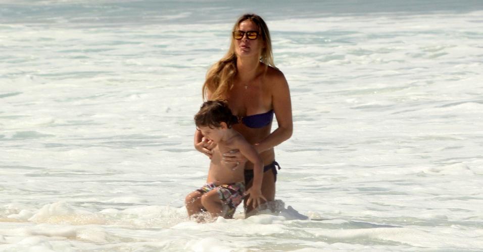 27.mar.2014 - Letícia Birkheuer brinca no mar com o filho, João Guilherme, em Ipanema, no Rio de Janeiro. O menino é fruto do relacionamento da modelo com o empresário Alexandre Furmanovich.