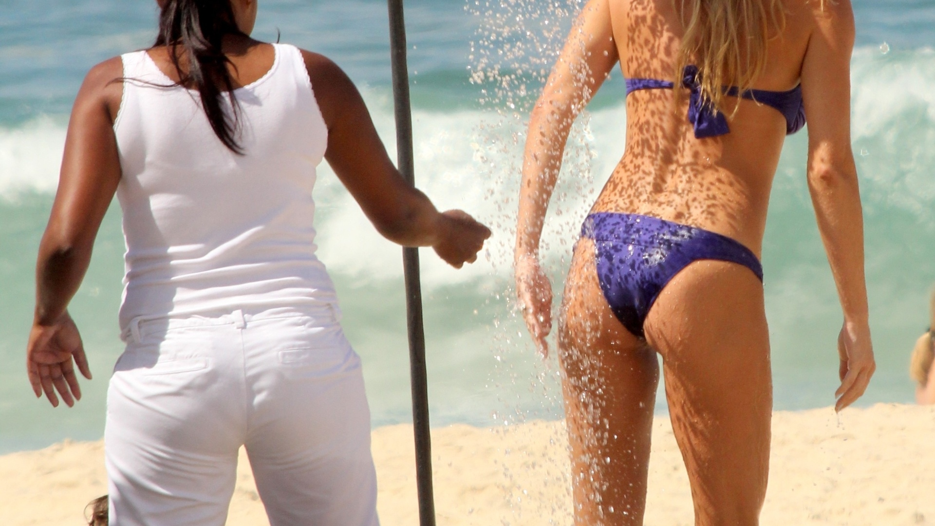 27.mar.2014 - Letícia Birkheuer toma ducha após curtir dia de praia em Ipanema, no Rio de Janeiro