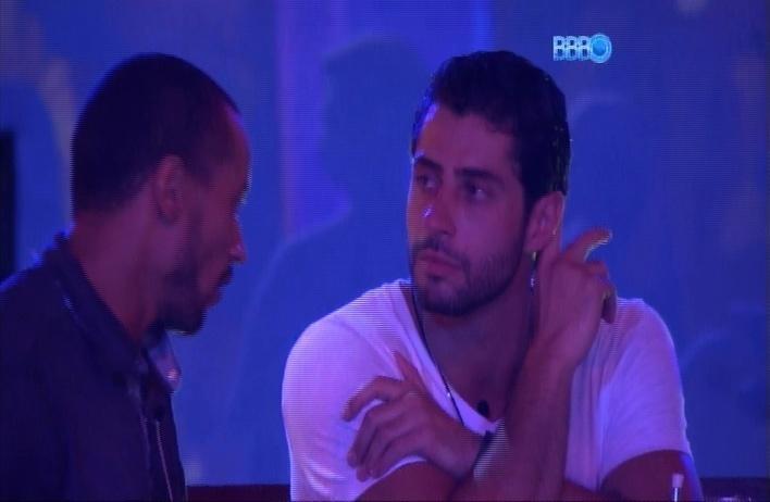27.mar.2014 - Marcelo e Valter conversam no jardim durante Festa Roda de Samba