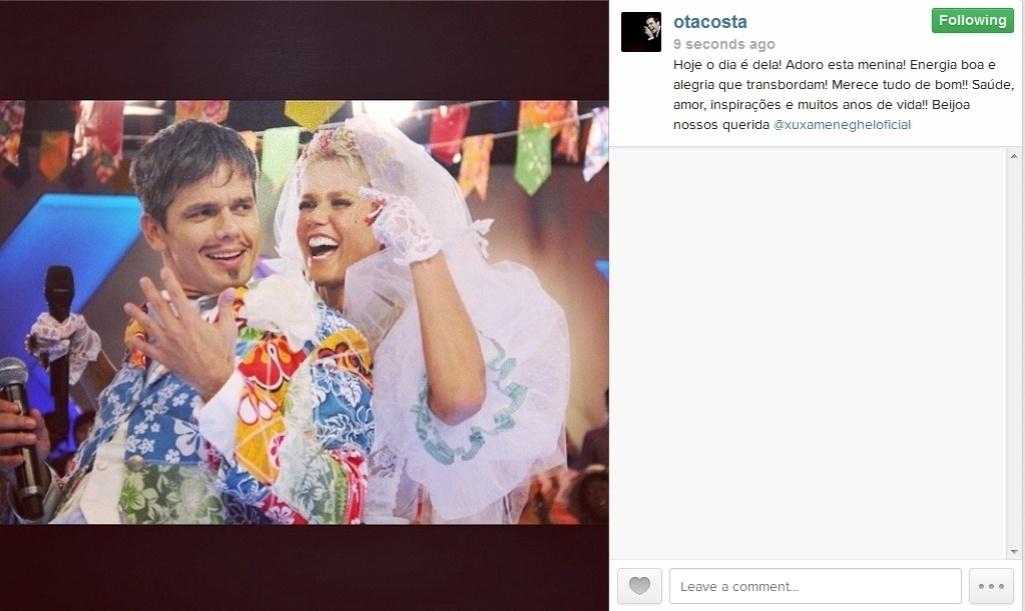 27.mar.2014 - Otaviano Costa publicou em seu Instagram uma foto sua com a Rainha dos Baixinhos fantasiados para a Festa Junina.