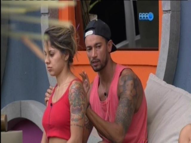 27.mar.2014 - Valter faz massagem em Vanessa
