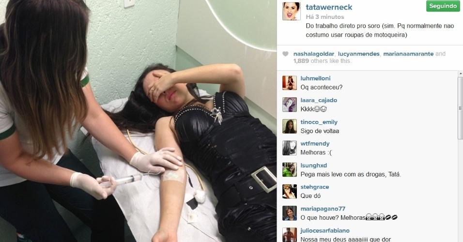 27.mar.2014- Tatá Werneck publica foto tomando soro no Instagram. A atriz passou mal durante a apresentação de um evento no sul do país