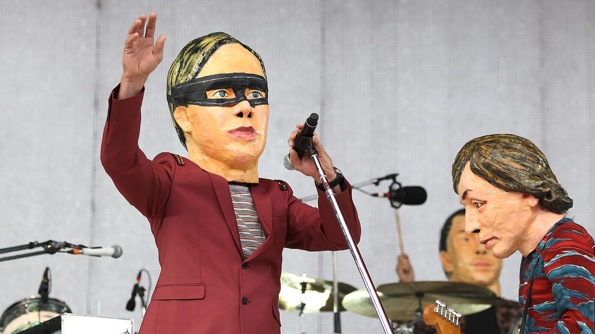 Arcade Fire se apresenta com cabeças de látex durante show na Austrália em janeiro